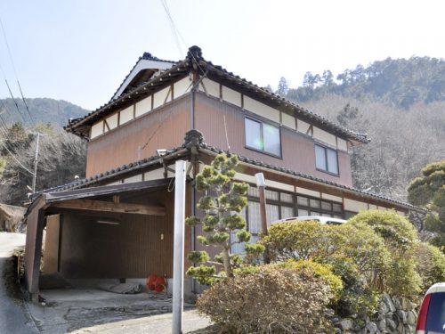 兵庫県宍粟市 高い山々がそびえ、山間には鮎釣りが出来る揖保川が…見晴らしの良い場所です。